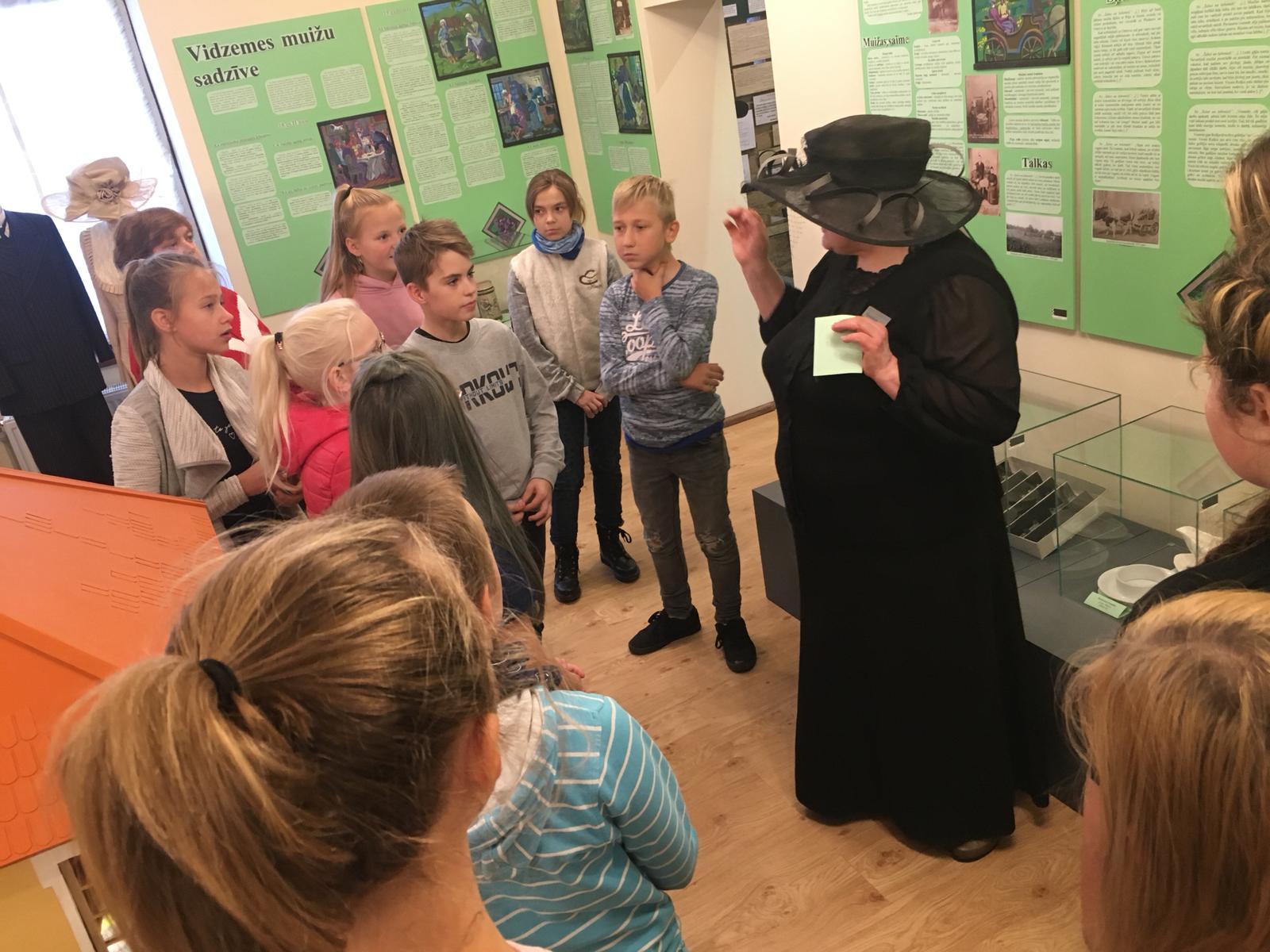 """11. oktobrī mākslas programmas 1.- 3. klašu audzēkņi  devās mācību ekskursijā, apmeklējot Izglītojošo un interaktīvo centru """"Dzelzceļš un tvaiks"""" Gulbenes dzelzceļa stacijā, V. Ķirpa Ates muzeju, Jaunlaicenes muižu, Tempļa kalna skatu torni un Pilssalas promenādi Alūksnē."""