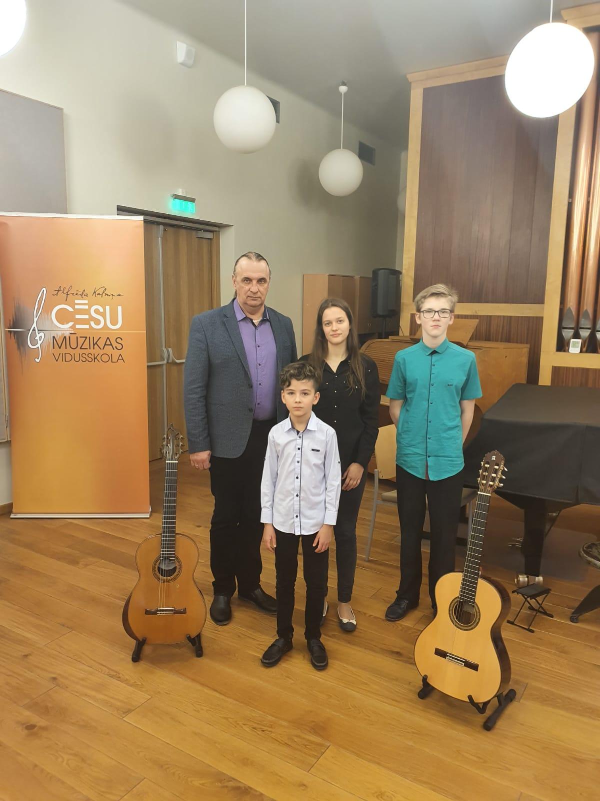 LEPOJAMIES! Jaunpiebaldzēniem sasniegumi Valsts konkursa Stīgu instrumentu spēlē – ģitāras spēlē II kārtā, Cēsīs.