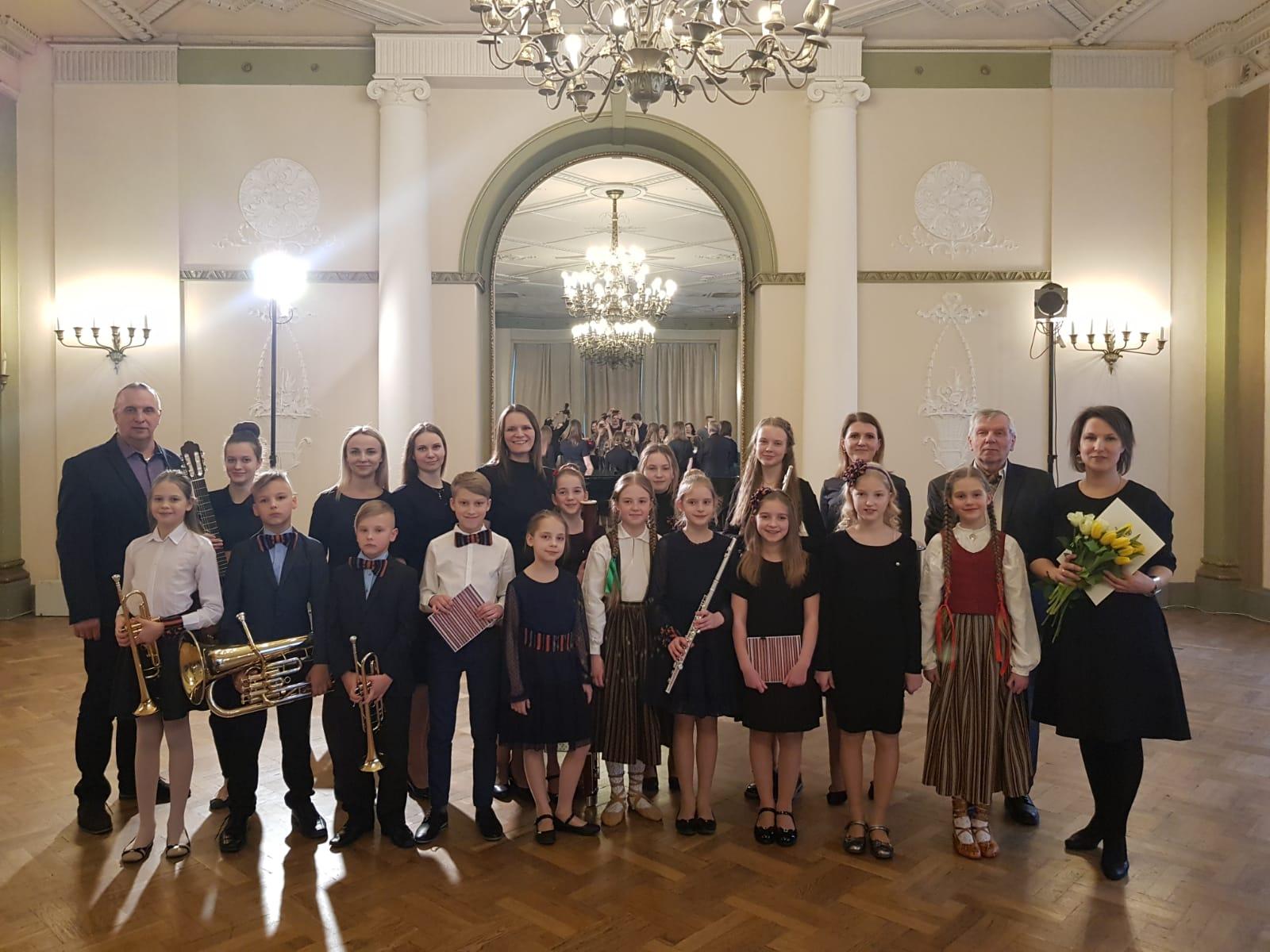 Jaunpiebaldzēni koncertē Rīgas Latviešu biedrībā.